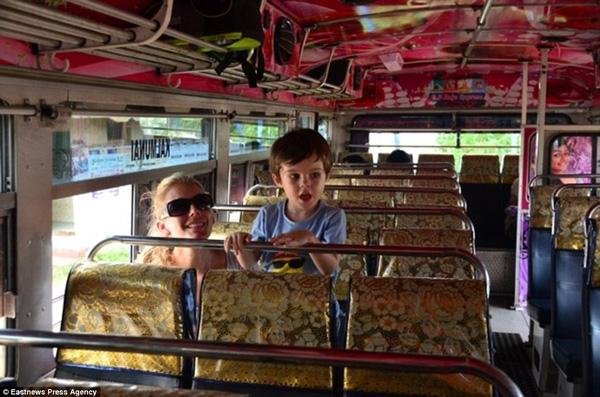 Cậu bé di chuyển trên phương tiện công cộng tại Sri Lanka.