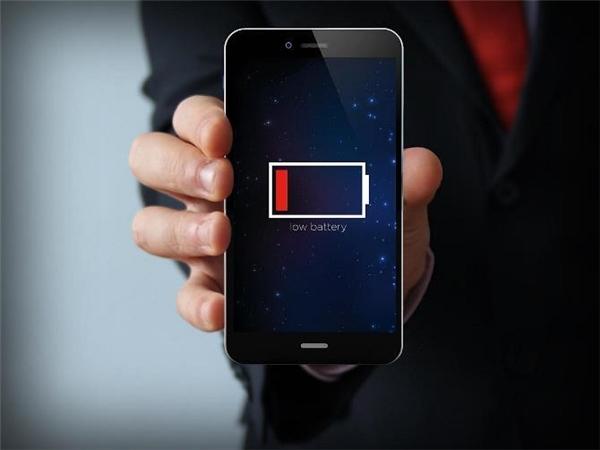 """Nếu không có sẵn nguồn điện hoặc sạc dự phòng, điện thoại của bạn sẽ """"chết"""". (Ảnh: internet)"""