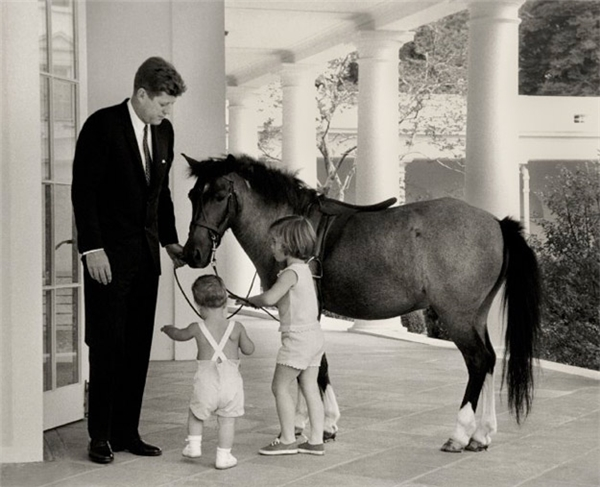 Tổng thống John F. Kennedy dẫncác con chơi đùa cùngchú ngựa Macaroni.