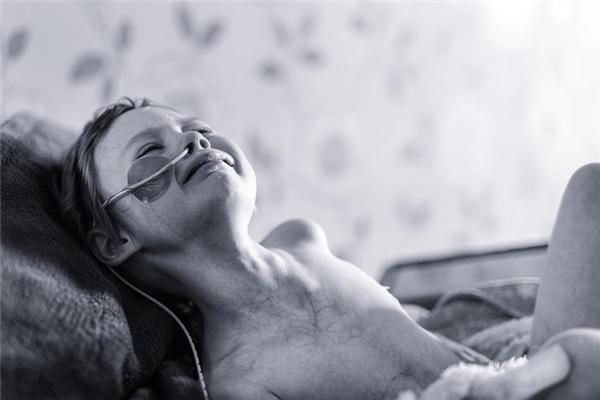 Hình ảnh của Jessica Whelanđang đau đớn trên giường bệnh khiến cả thế giới rơi nước mắt xót xa.