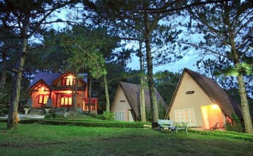Các cảnh quan nhân tạo và địa điểm lưu trú, khách sạn tại Đà Lạt cũng là những địa điểm chụp hình cưới tuyệt đẹp.