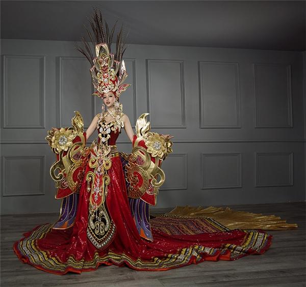 """Mới đây, ekip của Khả Trang đã chính thức giới thiệu trang phục truyền thống của cô tại Miss Supranational 2016. Thiết kế mang tên """"Sen vàng Việt Nam"""" với khối lượng kỷ lục là 45 kg, trong đó phần cánh chiếm hơn phân nửa. Bộ quốc phục được nhà thiết kế Lê Long Dũng thực hiện trong suốt 3 tháng."""