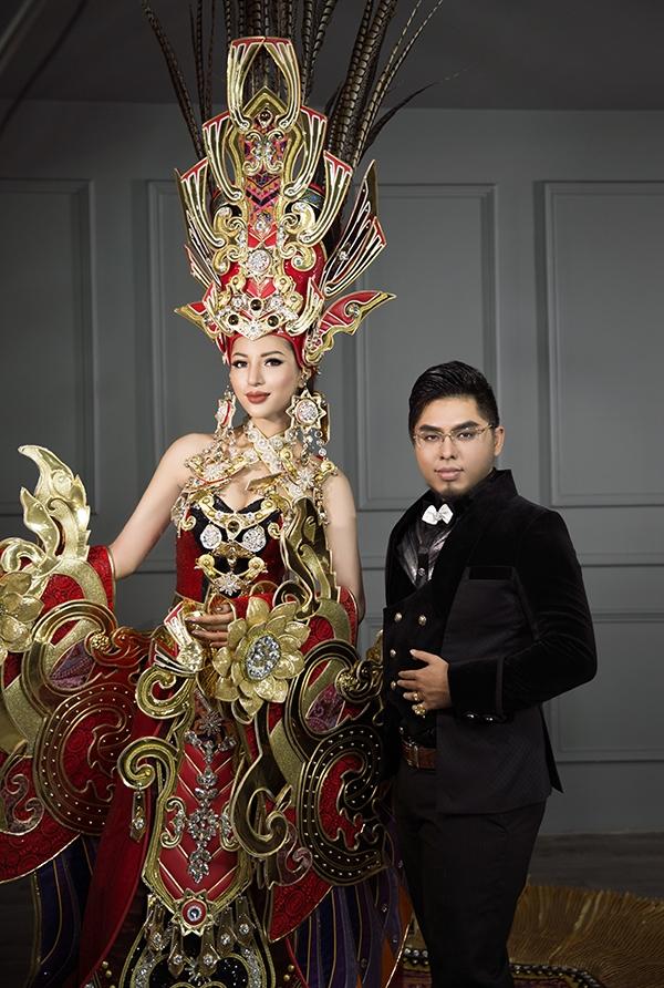 Quốc phục 45 kg gây choáng của Khả Trang tại Hoa hậu Siêu quốc gia