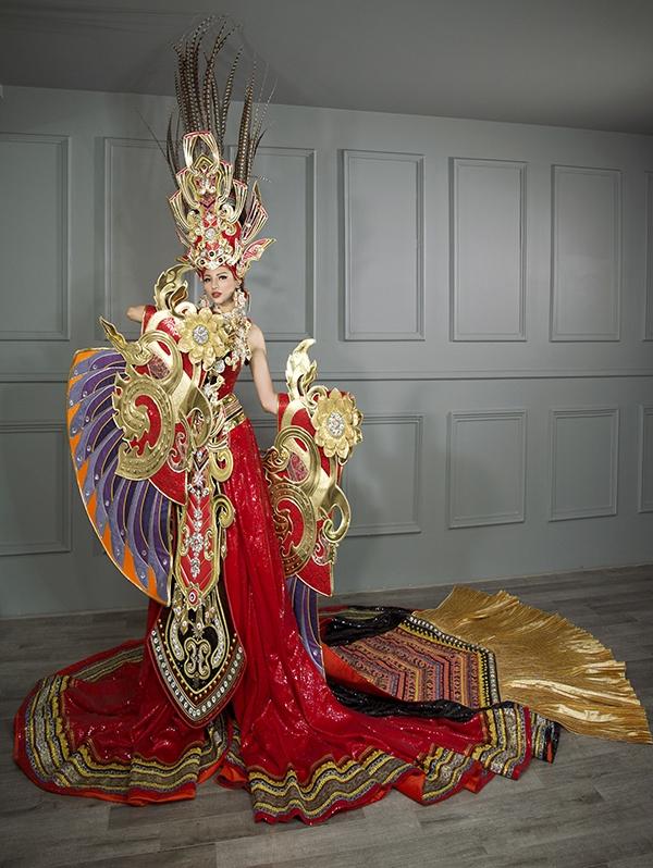 Đây là sự kết hợp giữa nét mạnh mẽ trong hình ảnh Lạc Long Quân và mềm mại, thanh thoát của mẹ Âu Cơ. Tông chủ đạo của bộ trang phục vàng, đỏ như nền quốc kỳ Việt Nam cùng các loại đá quý làm toát lên sự kiêu hãnh, tự hào về nòi giống Tiên Rồng.