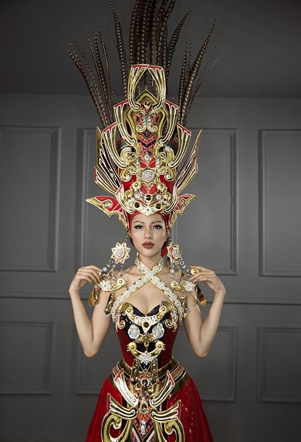 Phần mũ đội đầu là điểm nhấn cuối cùng và quan trọng nhất của bộ quốc phục. Nón cao gần 2m với lông chim trĩ điểm xuyến kết hợp hoa tai bản to, lục lạc và phụ kiện bằng đồng.