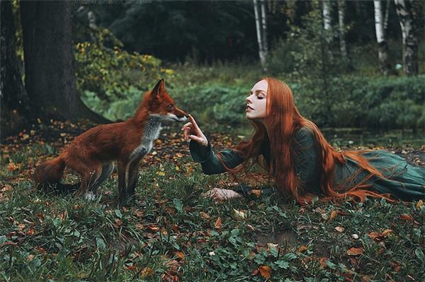 Nhân vật chính trong các tác phẩm của Alexandra là những thiếu nữ với mái tóc đỏ quyến rũ.