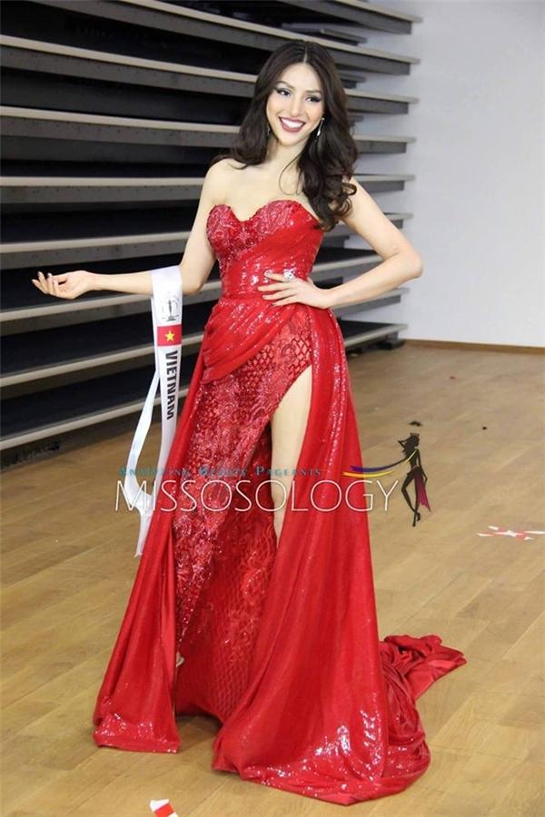 Đại diện Việt Nam, siêu mẫu Dương Nguyễn Khả Trang xuất hiện rạng rỡ trong bộ váy ôm sát thân trên, xẻ tà phần chân trông vô cùng hợi cảm. Thiết kế với sắc đỏ rực rỡ gây ấn tượng mạnh ngay từ cái nhìn đầu tiên.