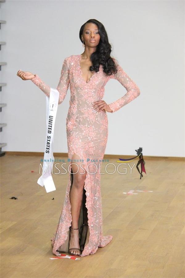 Hoa hậu Mỹ với làn da nâu khỏe khoắn cùng chiều cao ấn tượng.