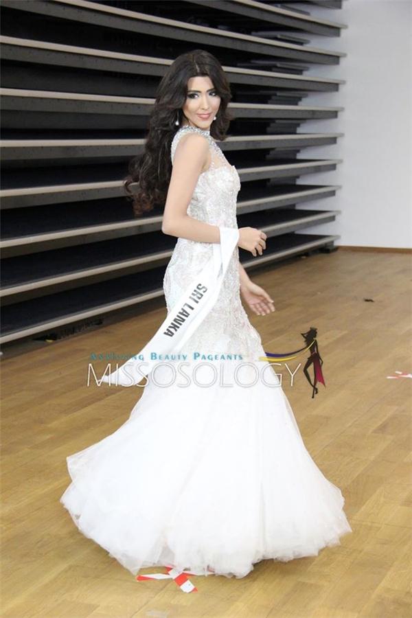 Hoa hậu Sri Lanka ngọt ngào với bộ váy voan màu trắng tinh khôi.