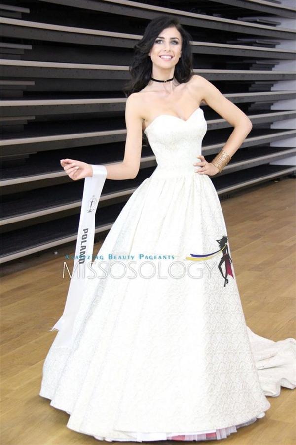 Hoa hậu chủ nhà Ba Lan diện váy trắng bồng xòe như công chúa trong chuyện cổ tích.