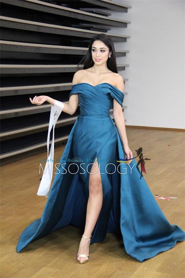 Hoa hậu Philippines trình diễn thiết kế với điểm nhấn ở cấu trúc dựng phom độc đáo.