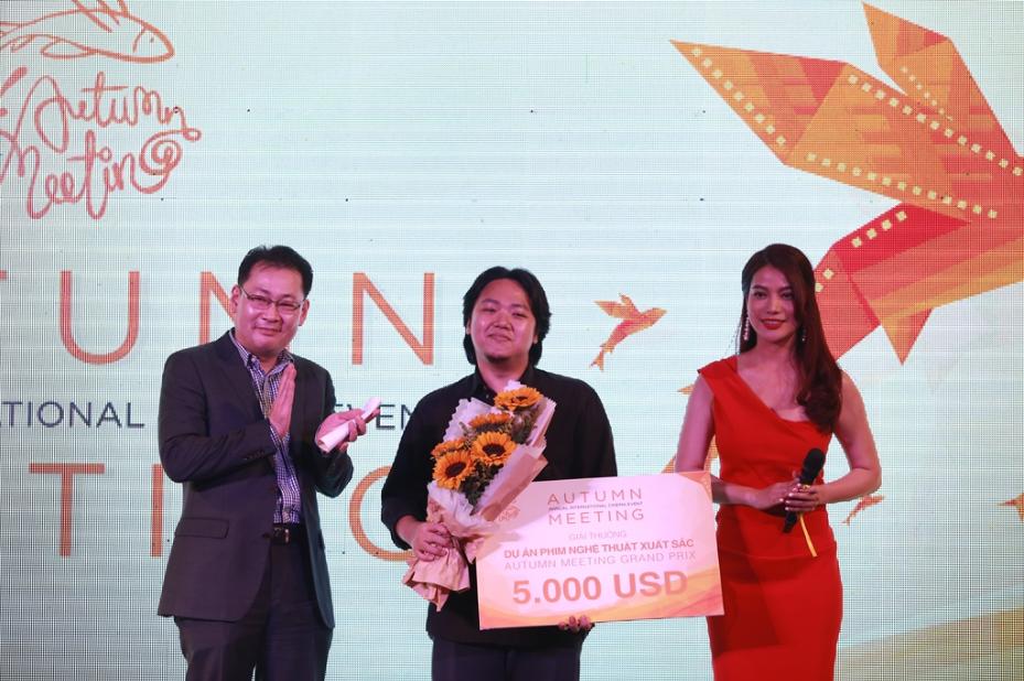 Ông Dong Won Kwak – Tổng Giám Đốc CJ CGV Việt Nam và nhà sản xuất Trương Ngọc Ánh trao giải cho đạo diễn Yeo Siew Hua.