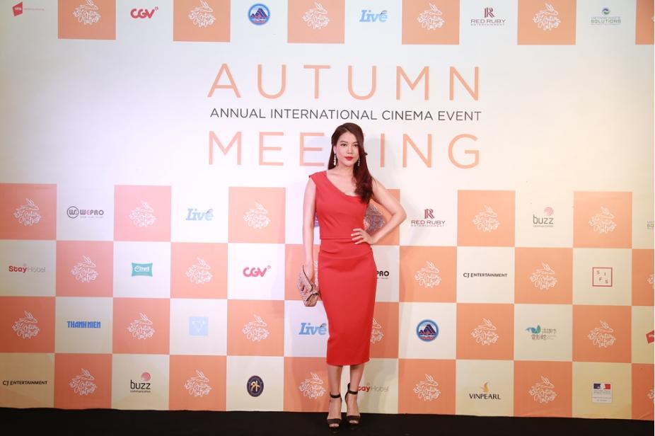 Nhà sản xuất Trương Ngọc Ánh tạo dáng gợi cảm trong đêm trao giải.