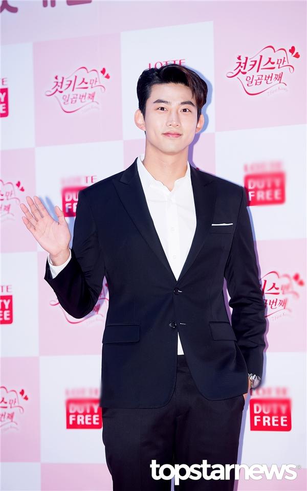 """Như mọi khi, mĩ nam """"bắt ma"""" Taecyeon vẫn điển trai và bảnh bao trong bộ vest đơn giản. Sau thời gian dài chăm chỉ """"lăn lộn"""" trên phim trường, khả năng diễn xuất của anh chàng đang dần được công nhận."""