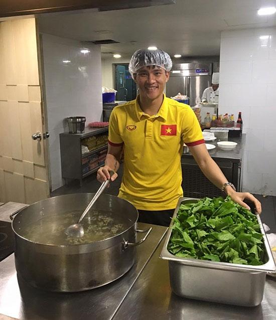 Công Vinh bên mớ rau sạch nấu ăn cho cả đội. (Ảnh: internet)