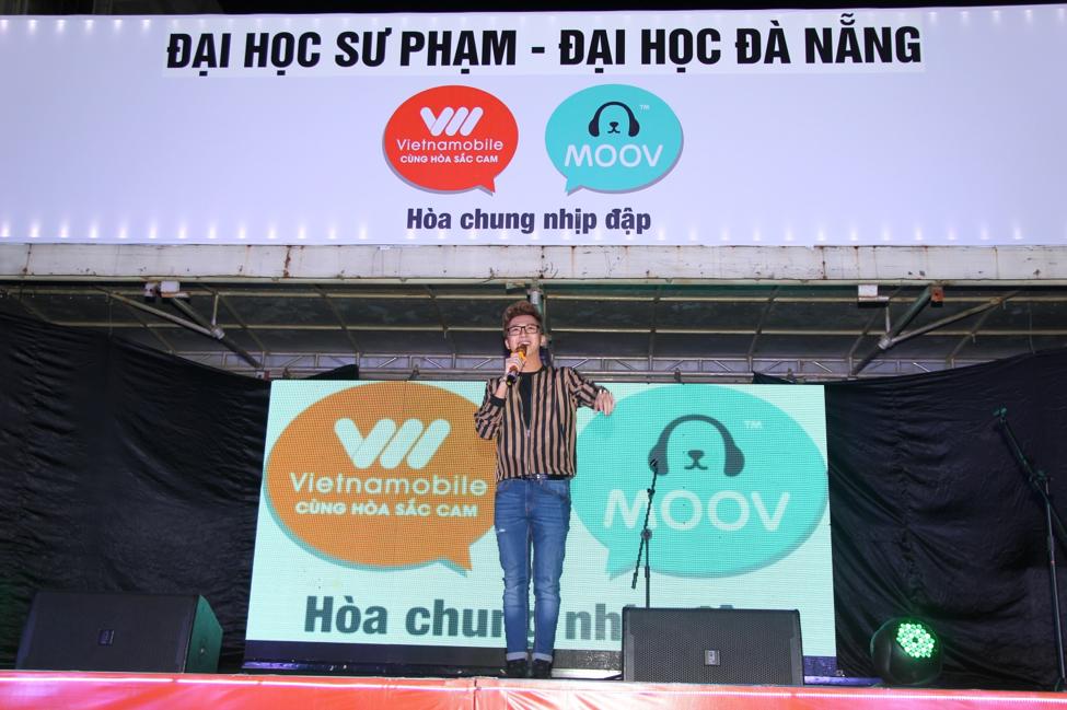 Minh Xù khuấy động Đại học Sư Phạm Đà Nẵng với những bài nhạc hit của mình.