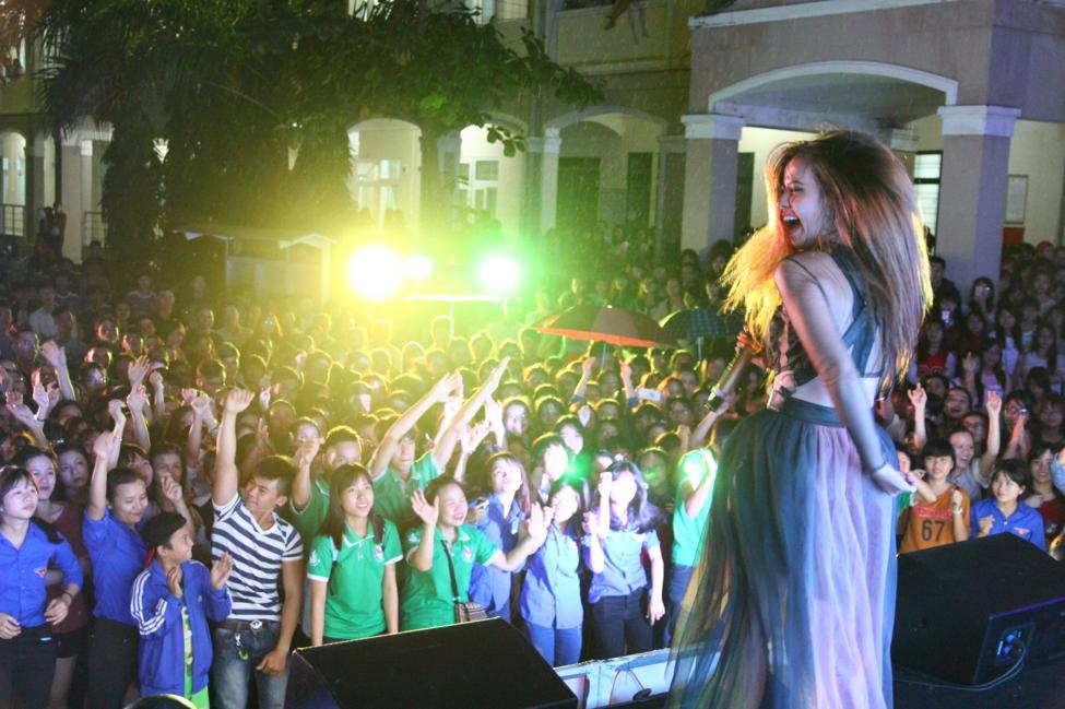 Sinh viên thành phố biển Đà Nẵng đã có một đêm thật cuồng nhiệt cùng Tia Hải Châu.