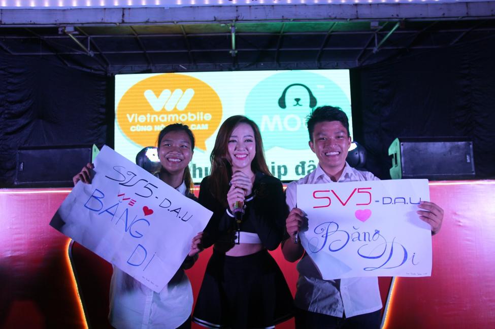 """Tia Hải Châu được fanclub """"đồn trú"""" tại Đại học Kiến Trúc Đà Nẵng chào đón nồng nhiệt."""