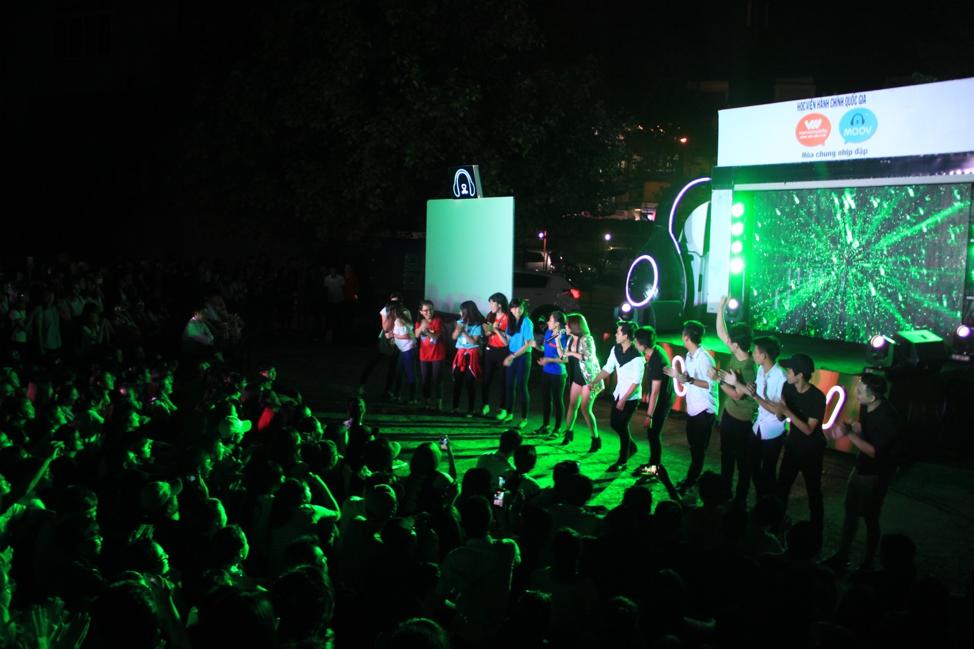 """Các đêm diễn của """"Hòa Chung Nhịp Đập"""" tại Tp.HCM luôn xuất hiện màn trình diễn cực sung của các ca sĩvà đông đảo sinh viên ngay tại sân khấu chính."""