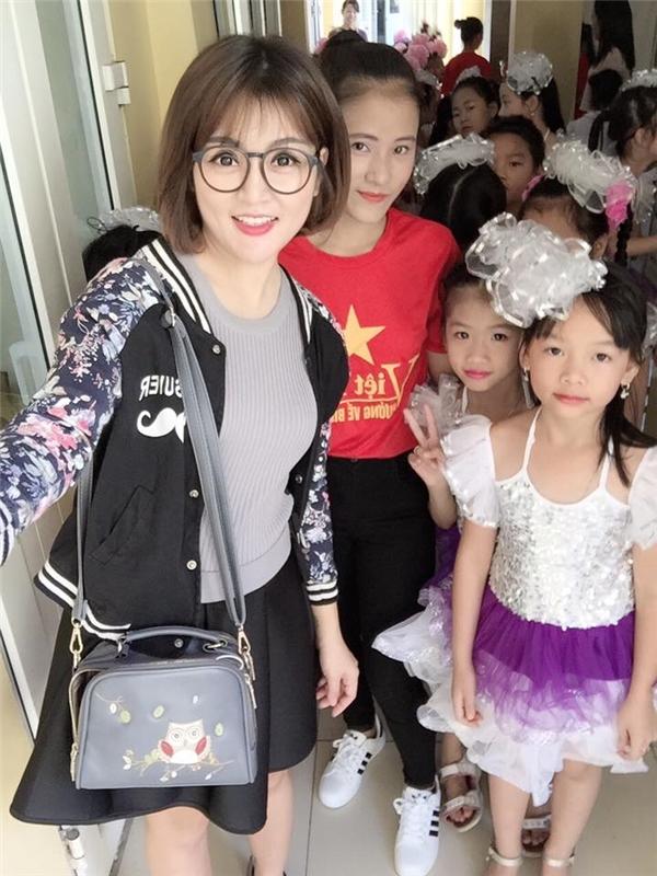 Cô giáo trẻ thân thiện,thường xuyên chụp hình cùng các em học sinh.(Ảnh: Internet)