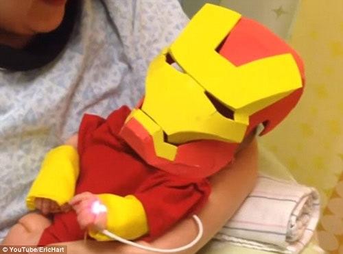 Bố của Collier đã quyết định tự tay chuẩn bị một bộ trang phục Iron man bằng giấy cho con trai với mong muốn cậu bé sẽ tiếp tục chiến đấu và mau chóng khỏe mạnh.