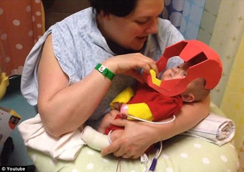 Collier được mọi người phong tặng là cậu bé sinh non đáng yêu nhất thế giới và mong em mau chóng khỏe mạnh.