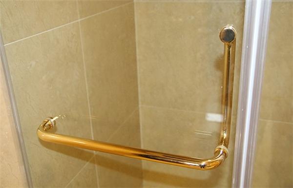 Hệ thống tay nắm và đẩy cửa kính được phủ vàng toàn bộ.