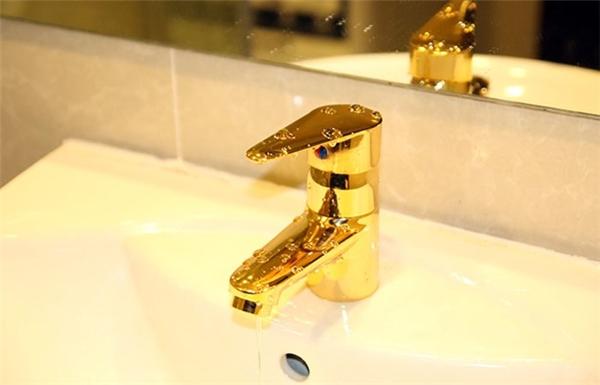 Vòi xả nước được phủ vàng 24K.
