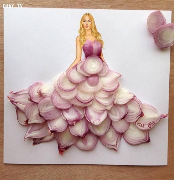 Một chiếc váy dạ hội từ những củ hành khiến các cô gái không thể rời mắt.