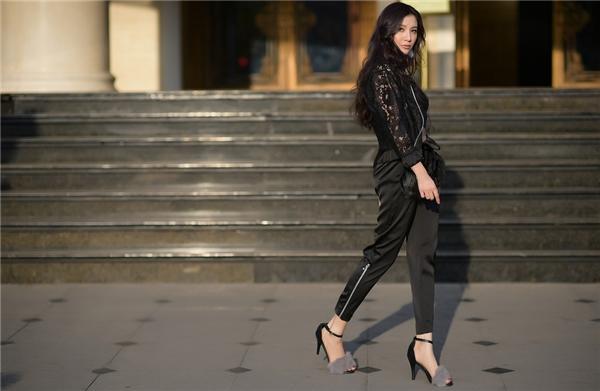 Nữ ca sĩ Nóng vừa thực hiện bộ ảnh trong những ngày giao mùa trên những con phố nổi tiếng của Hà Nội.