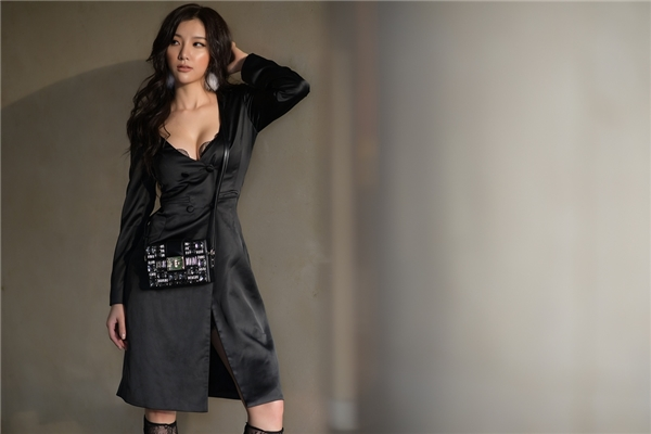 Nếu như trong âm nhạc, Hạnh Sino khá an toàn và thường được biết đến với những bản ballad buồn về tình yêu, thì trên phố, cô lại coi đây là một sàn diễn thời trang và thoải mái để cho mình lựa chọn những bộ đồ thật gợi cảm, phá cách và phù hợp với lứa tuổi, định hướng hình ảnh trong tương lai.