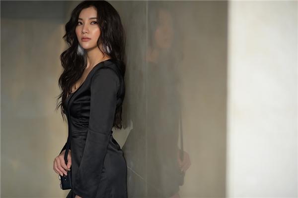 Lựa chọn những trang phục của nhà thiết kế trẻ Cindy Nguyễn, Hạnh Sino cho thấy hình ảnh một nữ ca sĩ trẻ trung, năng động nhưng ngày càng trưởng thành và gợi cảm hơn.