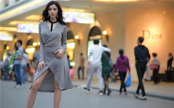 Hạnh Sino lấp ló vòng một đầy gợi cảm, quyến rũ trên phố