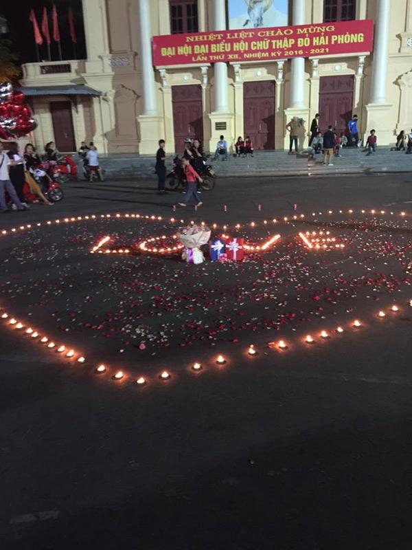 Hình trái tim được xếp bằng những cây nến lung linh. (Ảnh: FB)