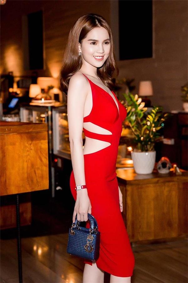 Nhắc đến những chiếc váy khoét eo, Ngọc Trinh gần như là hình mẫu tiêu biểu cho việc mặc đẹp. Với vòng eo chỉ 56 cm kết hợp việc thường xuyên tập luyện cơ thể giúp Ngọc Trinh có được thân hình săn chắc, cuốn hút đến khó thể rời mắt.