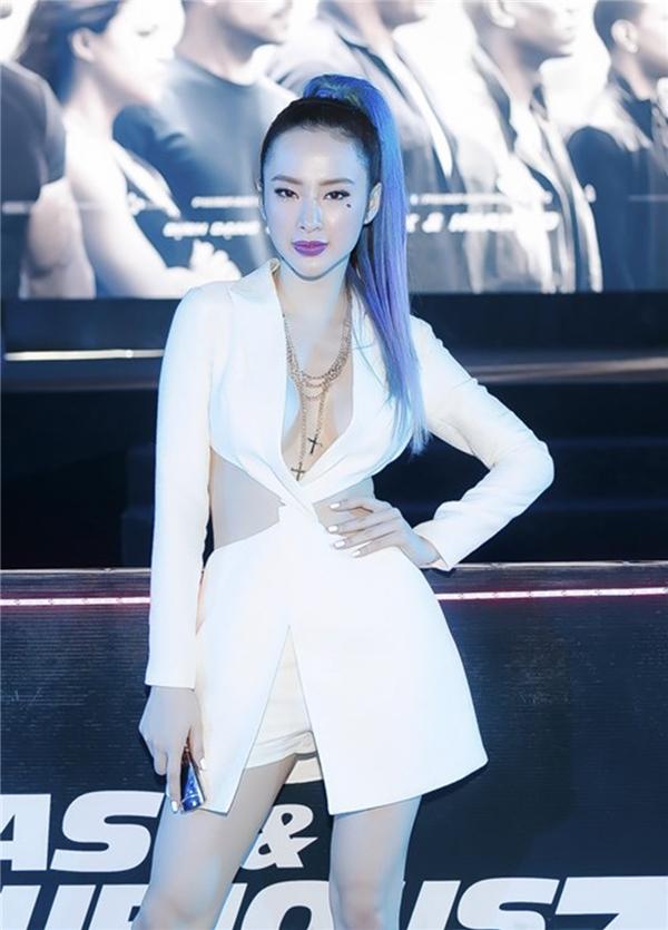 Angela Phương Trinh ấn tượng với màu tóc tím ombre kết hợp suit khoét sâu khoe vòng hai thon gọn đáng mơ ước của các cô gái. Tuy nhiên, bộ cánh này cũng từng bị quy chụp là đạo thiết kế của một nhà mốt danh tiếng.