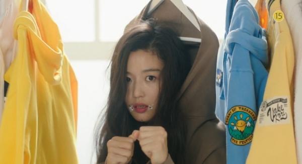 Ngay lần gặp đầu tiên, Sim Chung đã khiến Jun Jae phát điên vì những trò nghịch ngợm. Cô nàng vứt chuối lung tung, nghịch mắc áo, dây bẩn khắp phòng ....