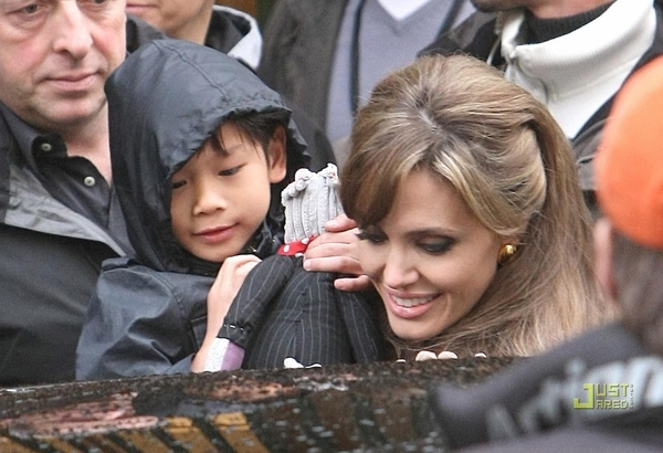 AngelinaJolie nhận nuôi Pax Thiên vào năm 2007 tại Trung tâm nuôi dưỡng và bảo trợ trẻ em Tam Bình,Việt Nam.