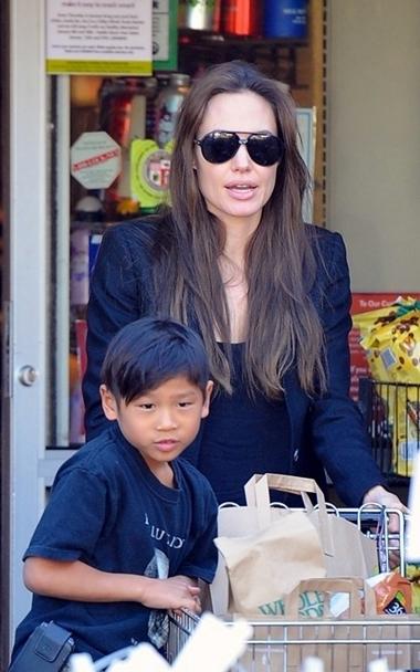 Mẹ ruột của Pax Thiên đang muốn Angelina Jolie trả lại con trai.