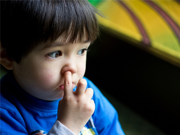 Thò ngón tay vô ngoáy mũi. Ngoáy xong sẽ quẹt ở đâu đó, hoặc sẽ cho vào miệng ăn luôn.