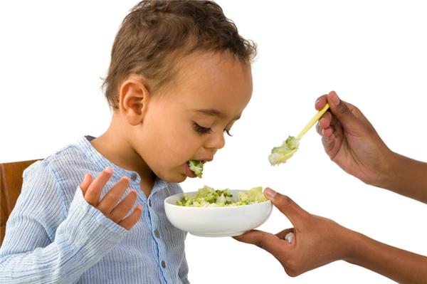 Ói và nhả đồ ăn đang nhai trong miệng ra bất cứ đâu, thậm chí nhả vào tô cơm đang ăn.