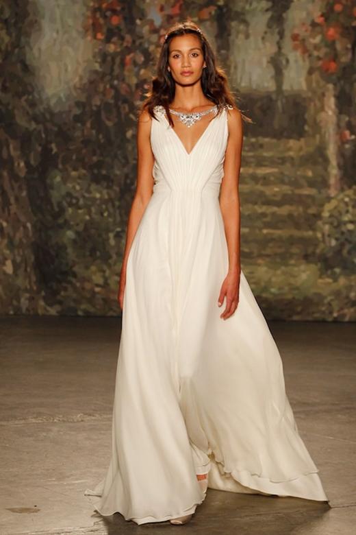Dựa vào thiết kế đơn giản, chất liệu mềm mại tôn lên đường cong cơ thể. Không trang trí cầu kì làm cô dâu toát lên vẻ dịu dàng, sang trọng