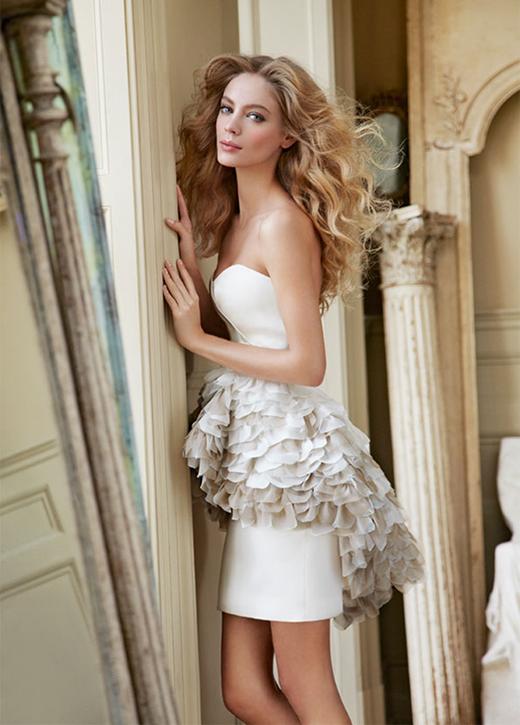 Nhiều lời ca ngợi được dành cho Hayley Paige với sự tươi vui sống động trong thiết kế áo cưới ngắn.