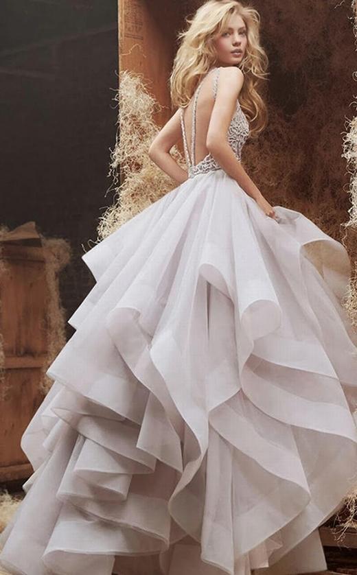 Tuy vậy vẫn có những mấu váy dài, tùng xòe rộngnhư mẫu váy màu hoa oải hương trẻ trung này.