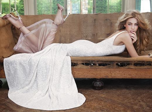 Sự kết hợp ăn ý giữa trắng tinh khôi và hồng nude nữ tính. Kiểu dáng đem đến vẻ nhẹ nhàng, vừa thanh lịch cho người mặc.