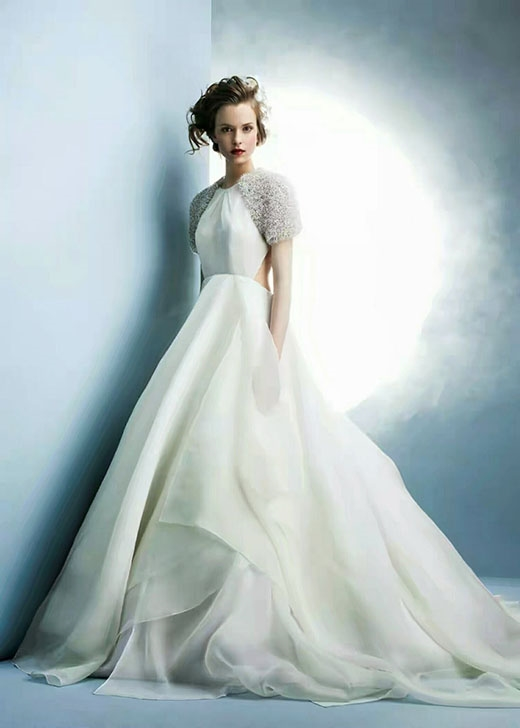 Cô dâu vẫn dịu dàng dù những đường cắt xẻ táo bạo.