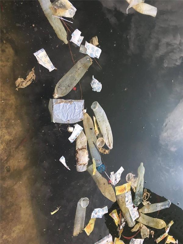 Ông Tây kỳ lạ chụp ảnh hàng trăm bao cao su nổi lềnh bềnh mặt hồ HN
