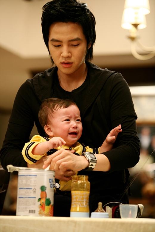 """Diễn xuất nhập tâm với """"bố"""" Jang Geun Suk"""