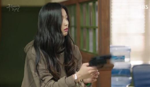 Nhưng không ngờ ở đây, cả sở cảnh sát cũng bị cô dọa cho một phen khi cầm súng quay về phía họ.