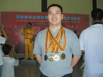 Võ sư Mai Tất Vĩnh từng giành nhiều huy chương wushu ở các giải đấu lớn nhỏ.